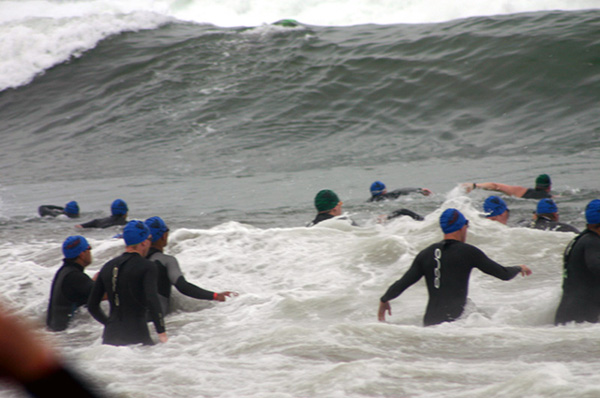 triathletes-battling-serious-waves-by-gasmunky